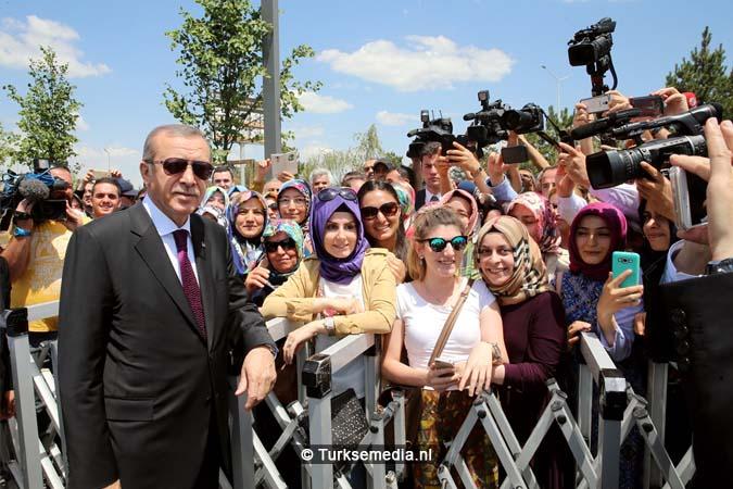 Erdoğan opent moskee bij vliegveld van Ankara (7)