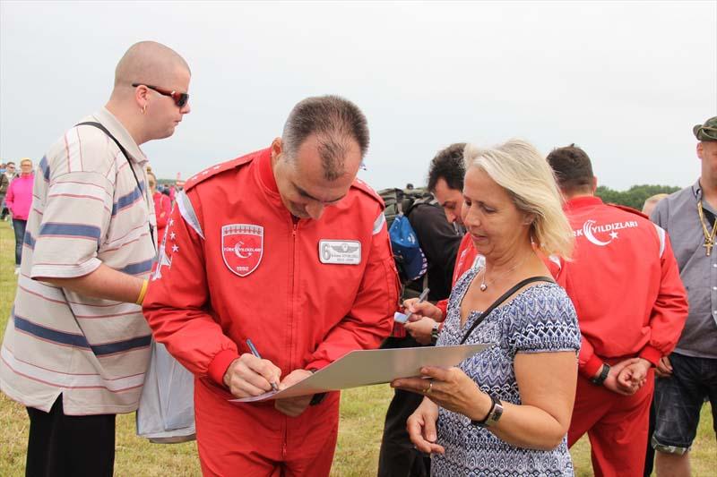 Veel belangstelling voor show Turkse piloten in Nederland (5)
