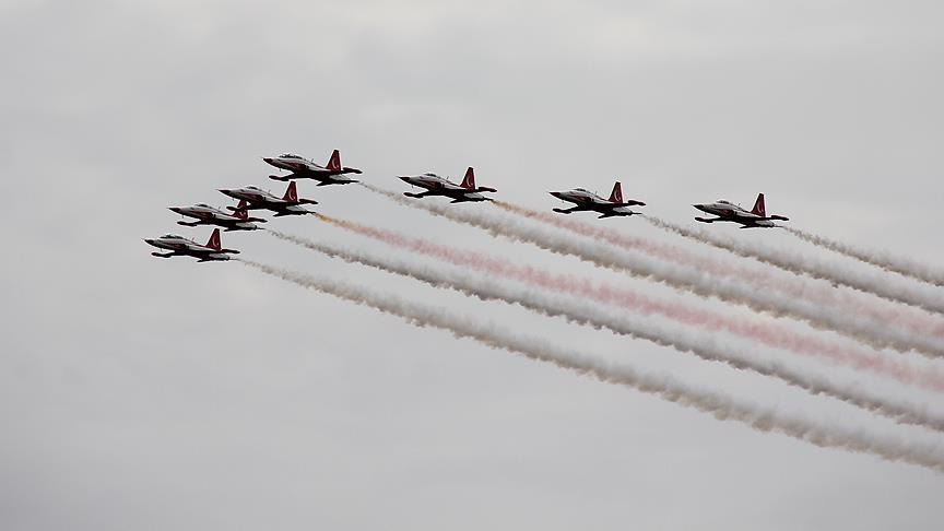 Veel belangstelling voor show Turkse piloten in Nederland (6)