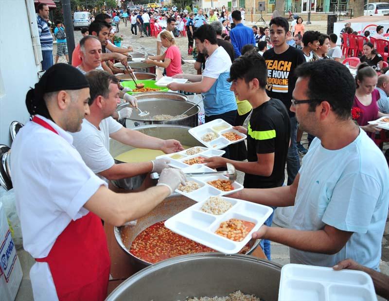 Moslims en christenen bijeen tijdens iftar op Turks eiland (2)