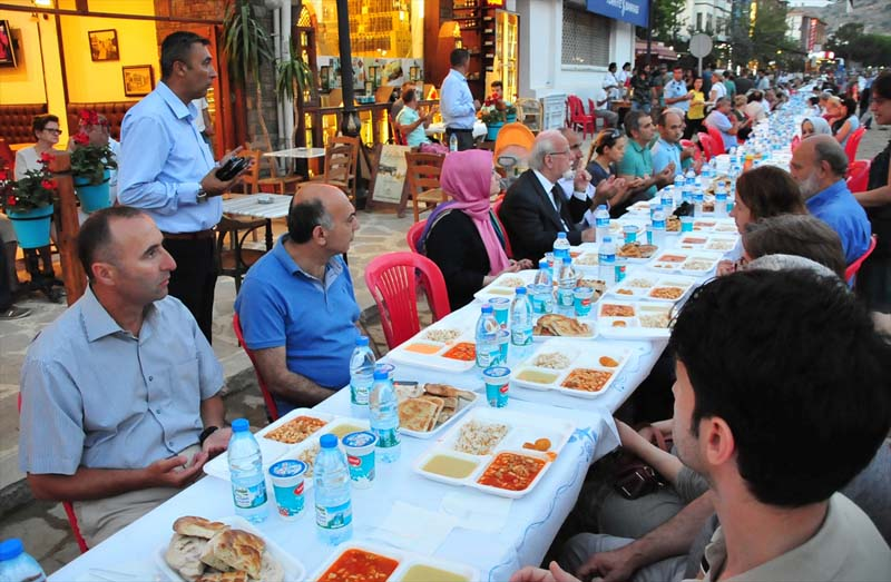 Moslims en christenen bijeen tijdens iftar op Turks eiland (3)