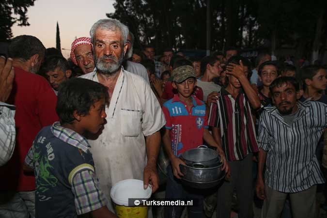 Turken delen voedsel uit aan Syriërs in Jarablus (3)