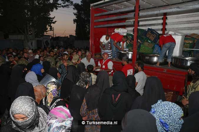 Turken delen voedsel uit aan Syriërs in Jarablus (5)