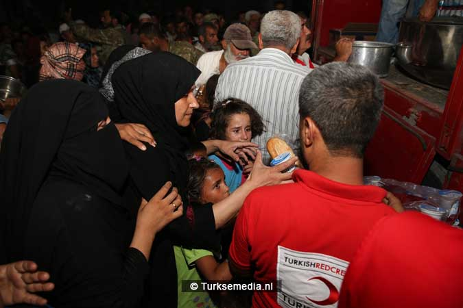Turken delen voedsel uit aan Syriërs in Jarablus (6)