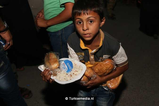 Turken delen voedsel uit aan Syriërs in Jarablus (7)