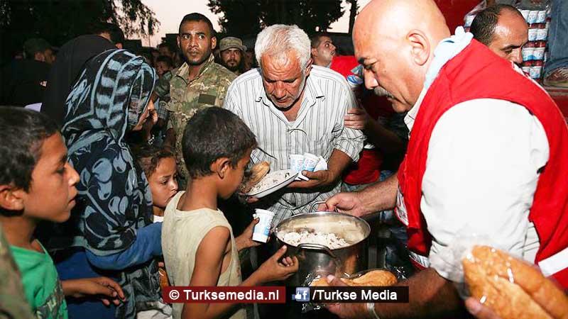 Turken delen voedsel uit aan Syriërs in Jarablus