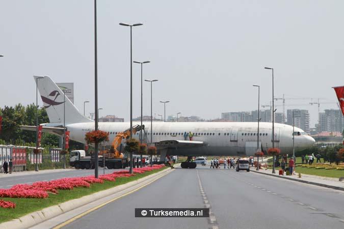 Turken zien opeens vliegtuig midden op de weg (2)
