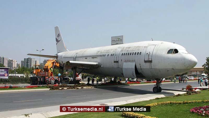 Turken zien opeens vliegtuig midden op de weg