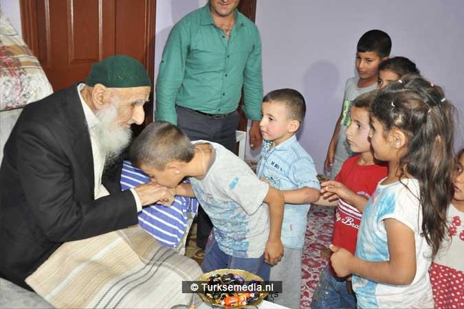 111-jarige-turkse-opa-ziet-110-kleinkinderen-langskomen-tijdens-offerfeest-2