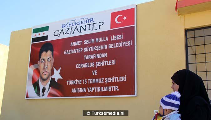 vreugde-turkije-renoveert-nog-een-syrische-school-ouders-bidden-als-dank-1