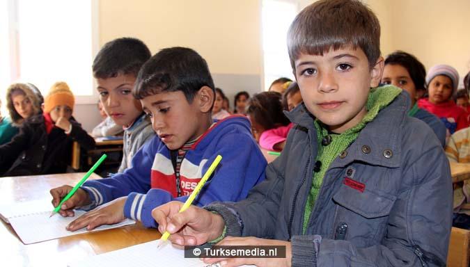 vreugde-turkije-renoveert-nog-een-syrische-school-ouders-bidden-als-dank-3