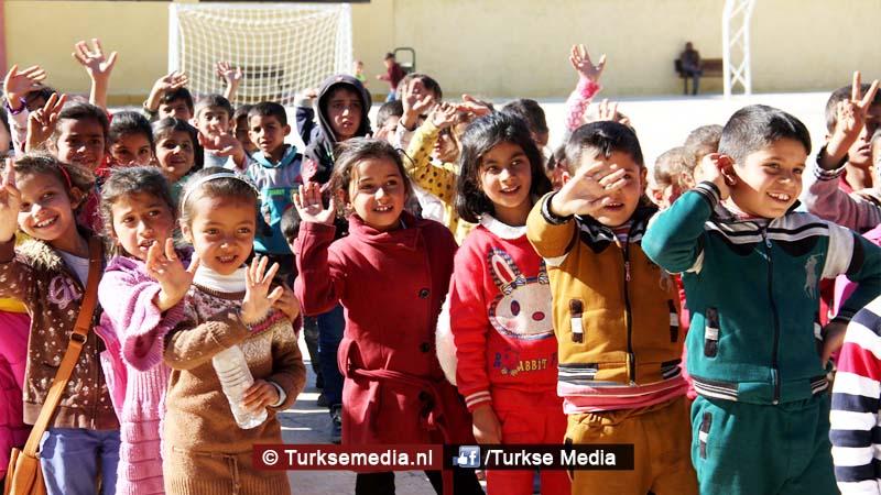 vreugde-turkije-renoveert-nog-een-syrische-school-ouders-bidden-als-dank
