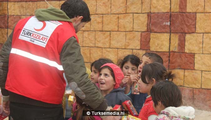 familieleden-turkse-premier-sturen-hulp-uit-eigen-zak-naar-syrische-kinderen-2