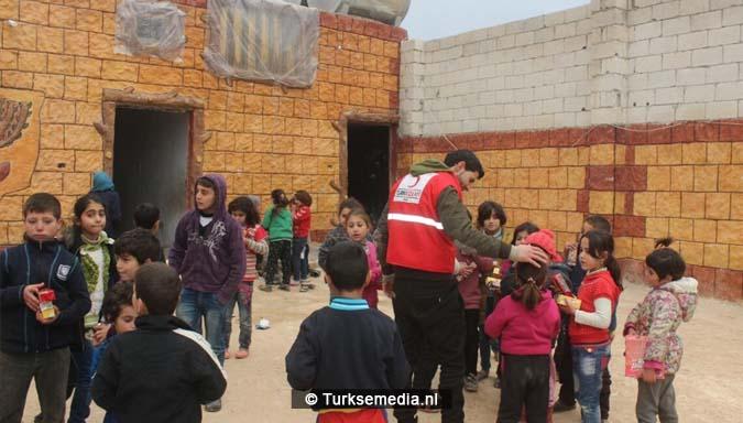familieleden-turkse-premier-sturen-hulp-uit-eigen-zak-naar-syrische-kinderen-4