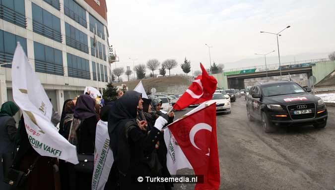 turken-massaal-naar-grens-syrie-voor-hulp-aleppo-5