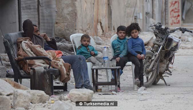 Syriërs danken Turkije om inname Al-Bab3