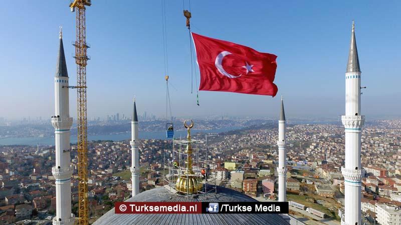 Turkije plaatst grootste topstuk ter wereld op megamoskee