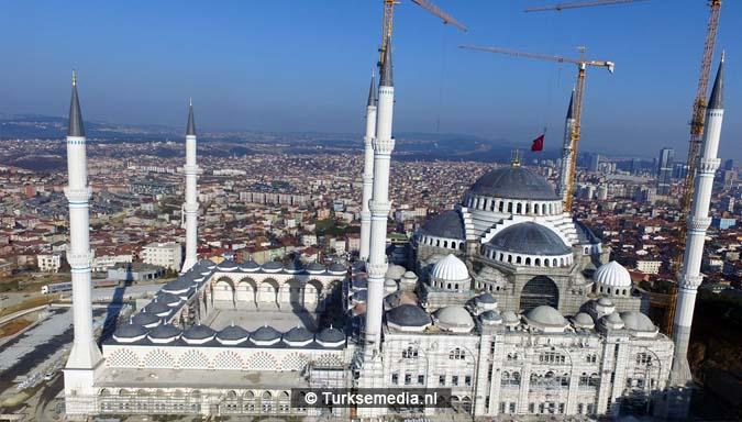 Turkije plaatst grootste topstuk ter wereld op megamoskee2