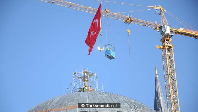 Turkije plaatst grootste topstuk ter wereld op megamoskee3