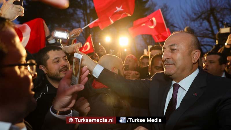 Turkije niet te stoppen Cavusoglu spreekt in Duitsland voor menigte Turken