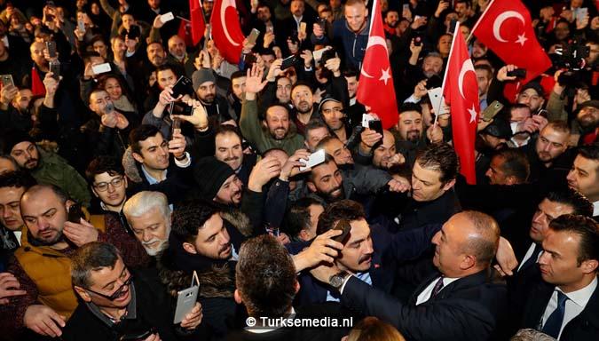 Turkije niet te stoppen Cavusoglu spreekt in Duitsland voor menigte Turken1