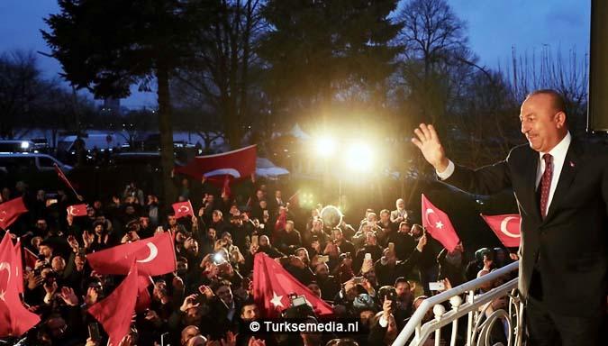 Turkije niet te stoppen Cavusoglu spreekt in Duitsland voor menigte Turken2