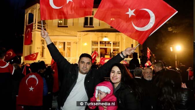 Turkije niet te stoppen Cavusoglu spreekt in Duitsland voor menigte Turken3