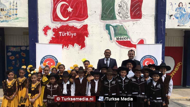 Turkije doneert schoolspullen aan Mexicaanse school