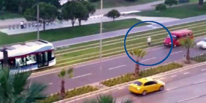 Turkse tram stopt voor biddende man en wacht3