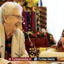 Turkse Nederlanders bezoeken bejaardentehuizen, eenzame senioren helemaal blij
