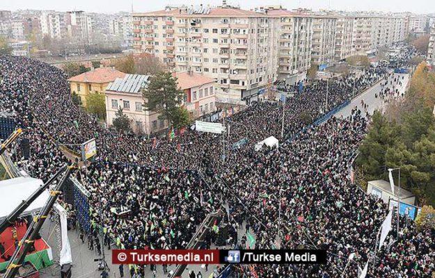 Zuidoost-Turkije massaal de straat op