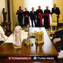 Erdoğan spreekt paus over islamofobie en Jeruzalem, ontvangt vredessymbool