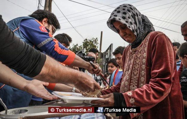 Turkije deelt hulpgoederen en warme maaltijden uit in Afrin