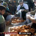 Turkse militairen delen hun brood uit aan Koerden in Afrin