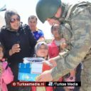 Turkse militairen delen speelgoed en schoolspullen uit aan kinderen in Syrië