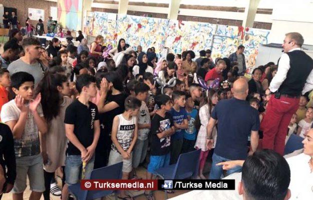 Turks-Nederlandse jongeren bezorgen kinderen azc Katwijk onvergetelijke dag