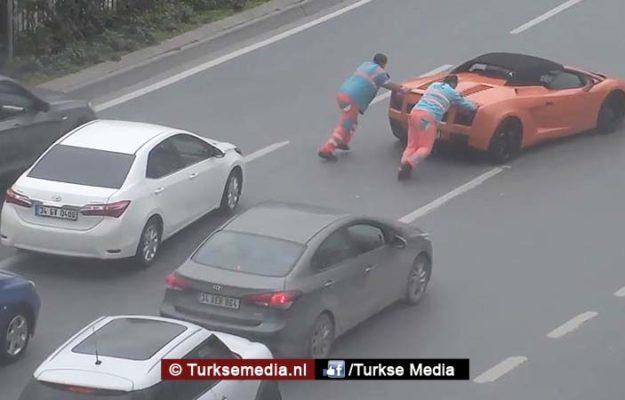 Turkse wegwerkers helpen Lamborghini met pech
