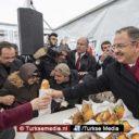 Turkse politicus deelt döner uit aan volk na winnen rechtszaak