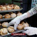 Turkse militairen delen dagelijks brood uit in Tell Abyad in Noord-Syrië