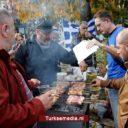 Groep Grieken protesteert met varkensvlees en alcohol tegen komst vluchtelingen