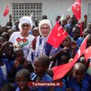 First lady Turkije opent school en moskee in Gambia en zorgcentrum in Senegal