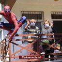 Turkse 'Spider-man' helpt ouderen met boodschappen