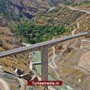 Turkije opent hoogste brug tussen zuidoostelijke steden