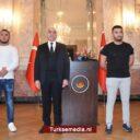 Heldhaftige Turken Wenen schieten gewonde agent en vrouw te hulp