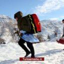 Zorgpersoneel Turkije blijft ouderen ondanks vrieskou en sneeuw thuis inenten