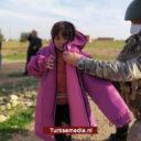 Turkse militairen delen kleding en rolstoelen uit in Noord-Syrië