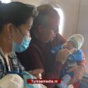 Turkse politicus redt leven van baby aan boord van vliegtuig
