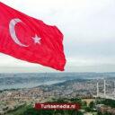 Turkije hijst grootste vlag op hoogste mast op welbekende heuvel