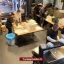 Turkse Nederlanders delen voedsel uit aan behoeftigen in Rotterdam