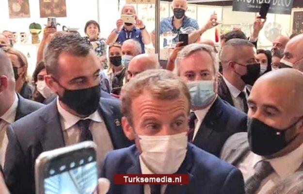 Franse president Macron na klap bekogeld met ei